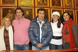 Maruja García Nicolau y Martí Mora, con el Cos de Bombers de Palma