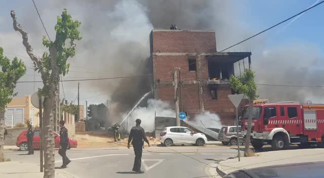 Un muerto y tres heridos críticos en un virulento incendio en el edificio 'okupado' de es Viver