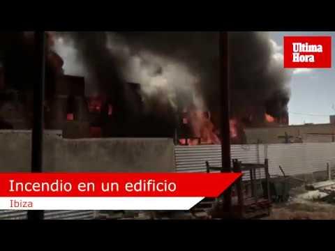 Tres personas en estado crítico en el incendio de un edificio okupado en Ibiza