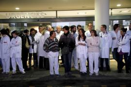 Personal de  Urgencias se concentra en Son Espases para denunciar el «colapso»
