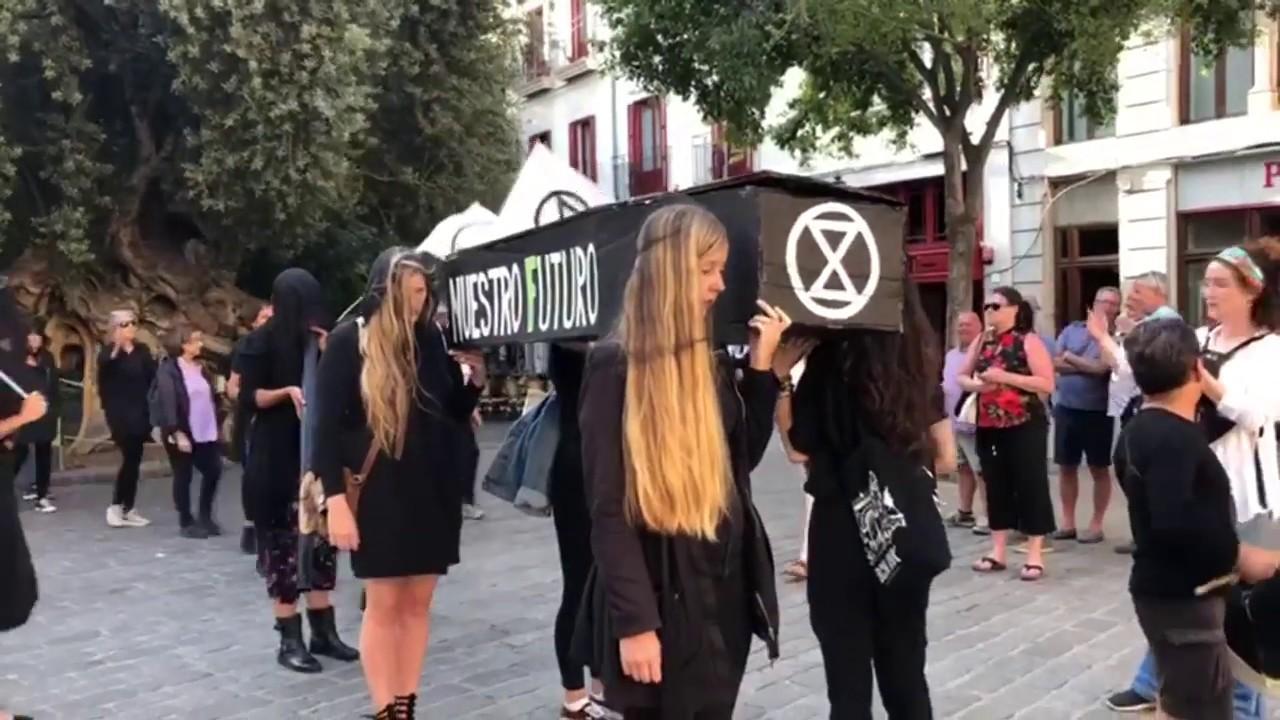 Funeral itinerante a la Madre Tierra en el centro de Palma