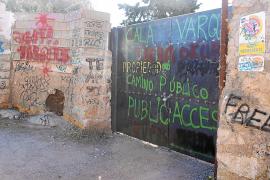 La propiedad cierra el acceso a Cala Varques por la saturación y el vandalismo