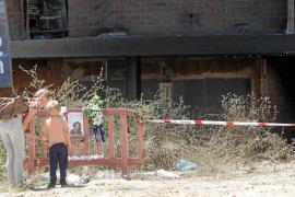 Los expertos de la policía científica deben culminar la inspección exhaustiva del edificio