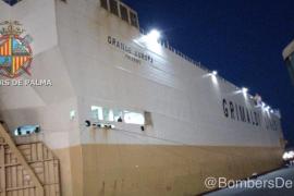 Llega al puerto de Palma el carguero incendiado