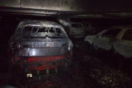 La naviera investiga si el incendio del carguero empezó en los vehículos que transportaba