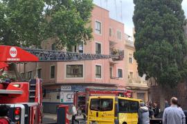 Desalojo en un bloque de pisos en Palma por un incendio
