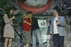Carmena y Errejón se dan el beso de la campaña