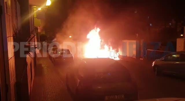 Un incendio quema cuatro contenedores y afecta a dos coches en Sant Antoni