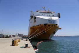 El mercante incendiado será remolcado este lunes de Palma a Valencia