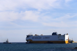Remolcan el carguero 'Grande Europa' hasta el puerto de Valencia