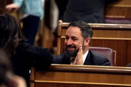 Abascal se sienta detrás del presidente del Gobierno