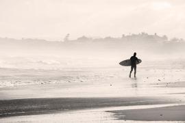 Un policía rescata en su tabla de surf a una pareja a punto de ahogarse