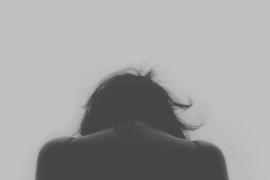 Tirar del pelo convierte un delito de abuso en agresión sexual