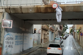 Cuelgan en un puente un muñeco con la cara de Junqueras