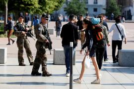 Una bomba por control remoto cargada con metralla causó la explosión de Lyon