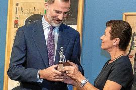 El rey Felip VI recibe el Siurell de Plata de manos de Carme Serra