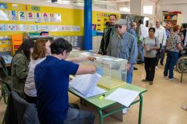 La participación a las 14 horas se mantiene estable en las municipales y sube 10 puntos en las europeas