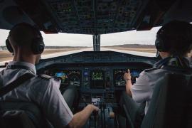 Multan a 14 turistas en Palma por negarse a seguir las normas de seguridad del avión en el que viajaban
