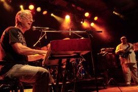 La leyenda de la música uruguaya Hugo Fattoruso en concierto en el Teatre del Mar