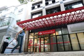 El Santander ofrece prejubilaciones a partir de 55 años con el 65 % de sueldo