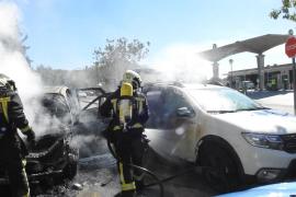 Sofocan el incendio de un coche frente a la gasolinera de Andratx