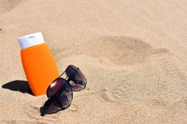 La OCU pide la retirada de dos cremas solares infantiles