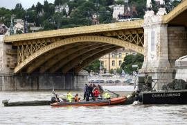 Al menos 7 muertos y 21 desaparecidos por un naufragio de un barco con turistas en Budapest