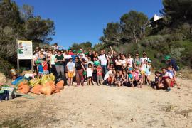 Alumnos de La Porciúncula retiran 120 kilos de basura de la playa de Cala Blava
