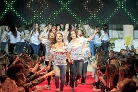 Fiesta con desfile de modelos para el viaje de estudios