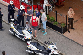 La Policía Local interpone la primera multa a un comprador del 'top manta'