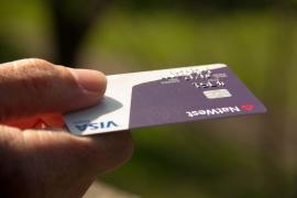 Sacan dinero de la cuenta de una anciana durante un año y la dejan con sólo 28 euros