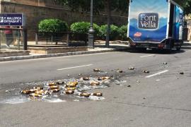 Un camionero pierde parte de la carga de cervezas en Palma