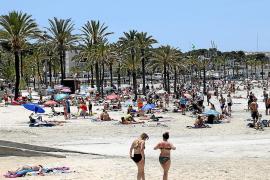 La playa de s'Arenal de Llucmajor empieza el verano sin hamacas ni sombrillas