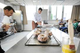 Una exhibición de pastelería de dos chefs a alumnos del instituto Sa Serra.