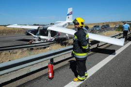 Una avioneta aterriza en una autovía y choca con dos vehículos