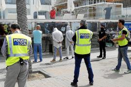 Una operación contra los trileros en la Platja de Palma acaba con 26 detenidos.