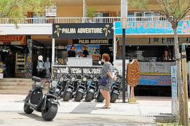 Vehículos sin autorización okupan la primera línea de la Playa de Palma