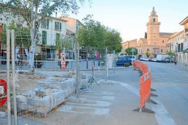 Quejas vecinales por las obras de peatonalización en la Plaça Hostals de Santa Maria