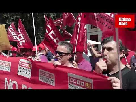 Medio centenar de jardineros protestan durante la investidura de Hila