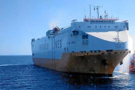 El capitán y los oficiales del 'Grande Europa', acusados de provocar el gran incendio en el carguero