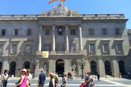 El Ayuntamiento de Barcelona vuelve a colgar el lazo amarillo en la fachada