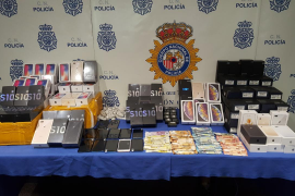 Detenidos en Palma por la venta de cientos de móviles falsificados