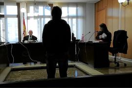 Ocho años de cárcel por robar un coche con el dueño dentro y realizar un alunizaje en Palma
