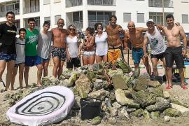 Vecinos de s'Illot retiran los restos de la torrentada, que aún están dentro del mar