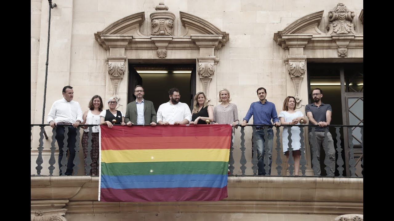Palma luce la bandera LGTBI e invita a «vivir en libertad»