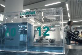 «Singular equipaje» en el aeropuerto de Palma para concienciar sobre la escasez del agua