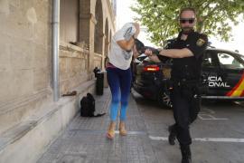 Pasa a disposición judicial la mujer detenida por quemar contenedores en Palma