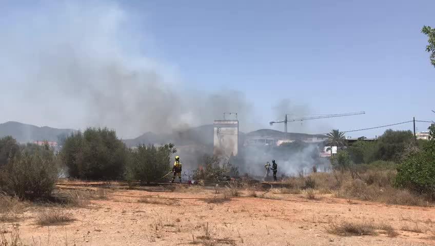 Alarma por un incendio que quemó dos hectáreas junto a unas casas de es Viver