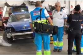 Fallece un mecánico al caerle encima un coche en un taller