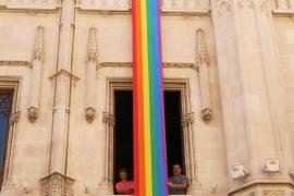 Las dependencias del Consell de Mallorca lucen la bandera del orgullo LGTBI